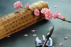 纪晓岚戏和珅 汉字谐音一语双关妙趣横生 汉字是世界上最古老的文字,与其它文字不同,汉字不是僵硬的符号,而是具有色彩、温度、重量、味道、声音和质感的生灵,它们有着鲜活的气质和智慧,是华夏老祖宗给我们留下的瑰宝