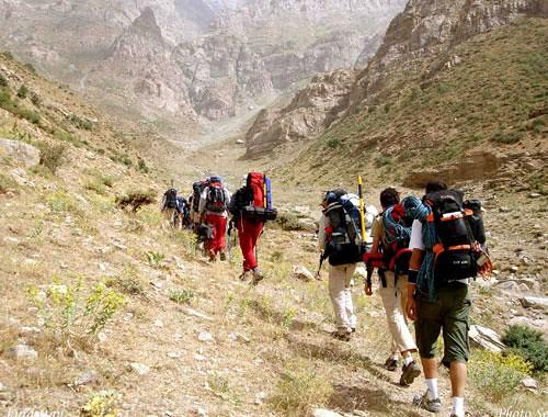 leo núi theo nhóm