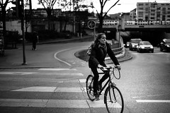 bicycle girl (gato-gato-gato) Tags: street leica winter bw white black blanco monochrome person schweiz switzerland flickr noir suisse strasse zurich negro streetphotography pedestrian rangefinder human streetphoto monochrom zrich dezember svizzera sonne weiss zuerich blanc manualfocus schwarz onthestreets passant samstag mensch sviss zwitserland isvire zurigo streetphotographer nachmittag fussgnger manualmode zueri strase streetpic messsucher manuellerfokus gatogatogato fusgnger gatogatogatoch wwwgatogatogatoch streettogs mmonochrom leicammonochrom tobiasgaulkech
