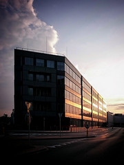 Gsia at sunset (Kadrolog) Tags: street sunset sun building krakow krakw soce budynek zachdsoca ulica krakoff sonyxperia snapseed xperiaz3compact