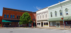 Courthouse square in Monmouth, Illinois (Blake Gumprecht) Tags: illinois downtown library monmouth courthousesquare artscenter collegetowns