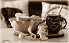 IMG_0021-001 (Les Barnais) Tags: bw apple time tea homesweethome bokey