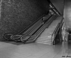 Escaleras/ Stairs (Jotha Garcia) Tags: madrid light people primavera monochrome june stairs train tren monocromo luces blackwhite nikon shadows gente interior transport inside junio sombras escaleras transporte 2016 aravaca nikond3200 d3200 jothagarcia