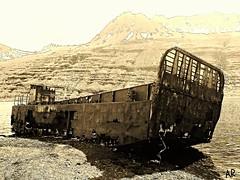 Mjóifjörður (arnthorr) Tags: hringur2016 arnþórragnarsson arnthorr ar fjölskyldan fjölskylduferð ísland iceland islande austurland austfirðir easticeland east mjóifjörður oldboat boat rust ryð prammi landgönguprammi