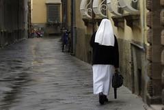 Uma freira em Lucca, Toscana (Sandro Helmann) Tags: street rain path chuva lucca rua caminho freira