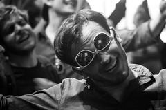 Rock 'n Roll (StellaMarisHH) Tags: street bw canon menschen sw mann brille fischmarkt stimmung lightroom sigma18200 fröhliche 60d canoneos60d eos60d