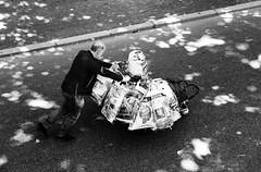 Norma Mann (ploh1) Tags: mann person mensch wagen sw schwarzweis freiburg schatten habseligkeiten streetphoto tten