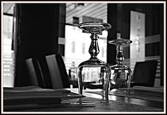 Sto aspettando te (Denise Grappeggia) Tags: sedie tavolo ristorante bianco nero riflesso bicchieri piatto nessuno posate abbandonato atttesa