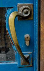 P1060767.jpg (fotomanni.de) Tags: italien see blau tr gardasee gardone trklinke trschloss vorhngeschloss sicherheitsschloss schlossabschliesen