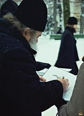 74. О.Матфей подписывает о.Арсению свой нотный сборник 2002 г