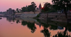 INDIEN, Orchha, Chattris am Ufer des Betwa-River, am Abend, 14007/6846 (roba66) Tags: city travel india building history tourism monument arquitetura reisen asia asien platz urlaub capital tomb places visit historic explore mausoleum stadt architektur historical indien inde historie voyages geschichte grabmal orchha northernindia kulturdenkmal chhatri tikamgarh betwariver pradesh roba66 madhya indiennord kenothaps indienchattrisinorchhaamabend