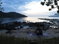 """Notre séance de yoga face au coucher de soleil <a style=""""margin-left:10px; font-size:0.8em;"""" href=""""http://www.flickr.com/photos/83080376@N03/16006606489/"""" target=""""_blank"""">@flickr</a>"""