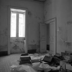 (Valerio Farina) Tags: abandoned decay fujiacros 100iso balckwhite rodinal125 distagon50mm sannio rolleiflex6006 apicevecchia valerinho