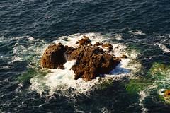 Rock (Jean-Loic D) Tags: nature mer sea landscape rock rocher vague wave blue bleu maritime zoom bretagne britanny france breizh nikon photographie photography crozon