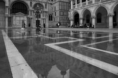 Markusplatz mit Wasser (Oliver Hallwirth) Tags: italien venedig fotografie|flickr architektur|stadt architektur|kircheklosterburgschloss fotografie|blackandwhite
