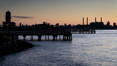 Long Island Sunset (Torsten Reimer) Tags: nyc newyorkcity longexposure sunset sky usa newyork water river us wasser industrial sonnenuntergang unitedstates unitedstatesofamerica silhouettes himmel wolken eastriver northamerica langzeitbelichtung gantryplazastatepark
