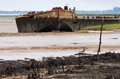 River Medway near Chatham (Mark Wordy) Tags: seaweed boats kent industrial decay chatham rusting wreck grounded rivermedway