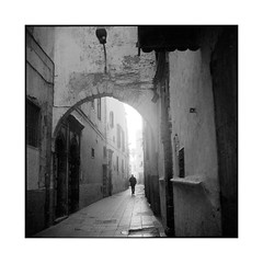 alley • essaouira, morocco • 2014 (lem's) Tags: street rolleiflex alley arch pedestrian morocco maroc ruelle rue essaouira planar passant arche