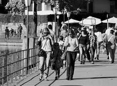 Im Schatten der Grossen / In the shadow of the great (heiko.moser) Tags: street people bw streetart canon blackwhite leute noiretblanc candid strasse menschen promenade sw schwarzweiss spaziergang