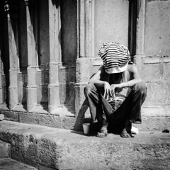 En su decimoctava ciudad, Hajjj sigue en bsqueda de su pregunta (organiq) Tags: barcelona street blackandwhite blancoynegro calle europa europe streetphotography rua rue carrer peregrino blancinegre  blancetnoir   plerin strase santamaradelmar  fotografadecalle schwarzweisfotografie strasenfotografie