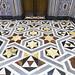 El suelo de la capilla está hecho en mármol de diferentes colores, con motivos geométricos, principalmente de estrellas. Su decoración combina perfectamente con la cenefa de las paredes de la estancia.