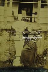 Portret van vrouw naast borstbeeld
