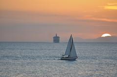 se acerca (bocatacalamares) Tags: nikon barco menorca d90