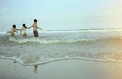 Pulando onda (Carlos Donaduzzi) Tags: ocean blue sea summer brazil sky sun praia beach nature water brasil mar areia natureza florianpolis cu brava oceano