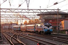 20160430 RPR 1215 + PRR, Amsterdam CS (Bert Hollander) Tags: sunset blauw 1200 newhaven loc serie amsterdamcentraal asd eten trein 1215 1251 locomotief eloc rpr panoramarijtuig omgeleid railpromo panoramarail 33202icgvasd exeetc