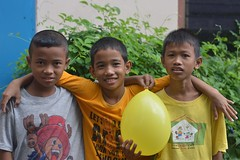 boys with a balloon (the foreign photographer - ) Tags: boys yellow portraits thailand three nikon bangkok balloon lard bang bua khlong bangkhen d3200 phrao