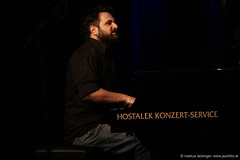 Villy Paraskevopoulis: piano (jazzfoto.at) Tags: salzburg austria sony noflash autriche withoutflash salisburgo jazzit stagephoto salzburgo concertphotos liveinconcert salzbourg concertphoto jazzkeller konzertfotos ohneblitz sonyalpha jazzphotos konzertfoto salzburgfestival jazzphoto jazzfoto jazzfotos blitzlos wwwjazzfotoat markuslackinger jazzitmusikclubsalzburg jazzitmusikclub jazzkellersalzburg jazzinsalzburg wwwjazzitat sonyalpha77ii alpha77ii jazzit2015 hoerthoertfestivalsalzburg jacclub hoerthoert hoerthoertfestival