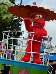 elmo in the parade (pompomflipflop) Tags: sesameplace parade characters elmo sesamestreet