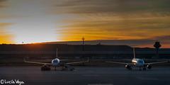 Amanecer (Lucía Vega) Tags: madrid portugal terminal amanecer amarillo nave cielo avión aeropuerto vacaciones t4 columna barajas volar embarcar torredecontrol adolfosuárez
