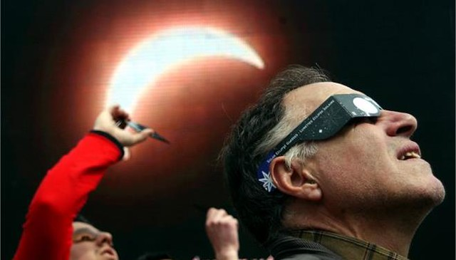 ta_nea : Υπουργείο Υγείας: Προσοχή, οι selfies την ώρα της έκλειψης ηλίου βλάπτουν τα μάτια http://t.co/CyTeYS6DHi