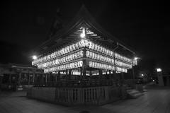 Yasaka II (Gorka Zarate) Tags: door japan luces arquitectura puerta nikon nocturna gion kioto dori japon templo santuario yasaka shijo d7100