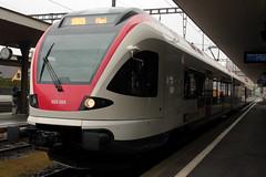 SBB Flirt RABe 523 055 - 7 von Stadler Rail ( Triebwagen - Nahverkehrszug ) am Bahnhof Lenzburg im Kanton Aargau der Schweiz (chrchr_75) Tags: chriguhurnibluemailch christoph hurni schweiz suisse switzerland svizzera suissa swiss chrchr chrchr75 chrigu chriguhurni mrz 2015 albumzzz201503mrz albumbahnenderschweiz albumbahnenderschweiz201516 schweizer bahnen eisenbahn bahn train treno zug albumsbbflirt flirt sbb cff ffs stadler rail albumbahnsbbrabeflirt triebzug nahverkehrszug v ffentlicher verkehr juna zoug trainen tog tren  lokomotive  locomotora lok lokomotiv locomotief locomotiva locomotive railway rautatie chemin de fer ferrovia  spoorweg  centralstation ferroviaria