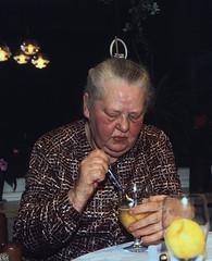 01 Foto 1984 b (Rüdiger Stehn) Tags: menschen kronshagen 1984 geburtstag minoltasrt100x dia deutschland germany norddeutschland mitteleuropa europa slide analogfilm scan schleswigholstein canoscan8800f portrait 1980er diapositivfilm analog kleinbild kbfilm 35mm indoor innenaufnahme rüdigerstehn innenansicht innenraum interior
