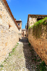 La calle estrecha medieval (juanjux) Tags: street canon spain medieval segovia pedraza 6d castille castillayleon 2470f4l
