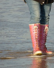 Beach walk (willi2qwert) Tags: wellies wellingtons wasser women wet water wave watt beach rubberboots rainboots regenstiefel gummistiefel gumboots girl strand