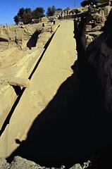 gypten 1999 (046) Assuan: Unvollendeter Obelisk (Rdiger Stehn) Tags: winter analog 35mm urlaub egypt slide dia 1999 scan obelisk afrika bauwerk gypten 1990s weltkulturerbe steinbruch antike assuan welterbe unescowelterbe canoneos500n archologie nordafrika altertum aswn analogfilm unescoweltkulturerbe kleinbild canoscan8800f unvollendeterobelisk historischesbauwerk kbfilm 1990er obergypten sdgypten eswan altgypten diapositivfilm archologischefundsttte diapositivfil aad