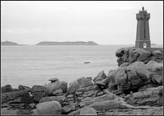 Breton lighthouse b&w (lhoteln) Tags: sea mer lighthouse france beautiful islands coast brittany rocks village peaceful bretagne nobody cte shore personne beau calme les granit ploumanach paisible