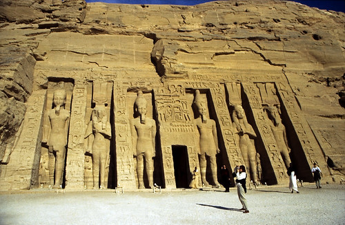"Ägypten 1999 (139) Assuan: Kleiner Tempel von Abu Simbel • <a style=""font-size:0.8em;"" href=""http://www.flickr.com/photos/69570948@N04/27370157880/"" target=""_blank"">View on Flickr</a>"