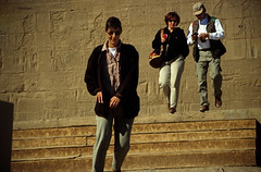 gypten 1999 (023) Assuan: Isistempel, Philae (Rdiger Stehn) Tags: winter analog 35mm leute urlaub egypt slide dia 1999 menschen scan insel afrika philae bauwerk gypten 1990s weltkulturerbe antike assuan welterbe unescowelterbe dromos canoneos500n archologie nordafrika tempelanlage flussinsel altertum aswn sakralbau analogfilm unescoweltkulturerbe kleinbild canoscan8800f isistempel agilkia historischesbauwerk kbfilm 1990er obergypten sdgypten eswan altgypten diapositivfilm archologischefundsttte diapositivfil hutchent aad