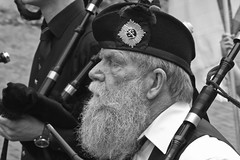 bagpiper (RadarOReilly) Tags: street bw germany beard blackwhite bart scottish nrw sw bagpipes xanten dudelsack schwarzweis strase