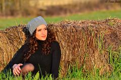 Aspettando il tramonto... (trinseco6889) Tags: sunset girl hat tramonto curly ricci hay balla bale prato cappello ragazza fieno