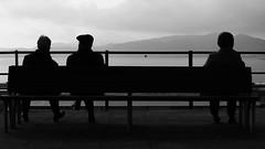 Dos a un (lluiscn) Tags: bw white black blanco sol monochrome clouds negro banco bn nubes blanc siluetas pontevedra ria aigua banc negre vigo muntanya atlntico oceano posta ombres contrallum nvols ra oce galcia persones atlntic siluetes