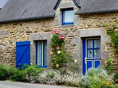 P1040147 In St-Nicolas-Des-Eaux (Photos-Tony Wright) Tags: roses house france june rural brittany village quaint 2016 stnicolasdeseaux
