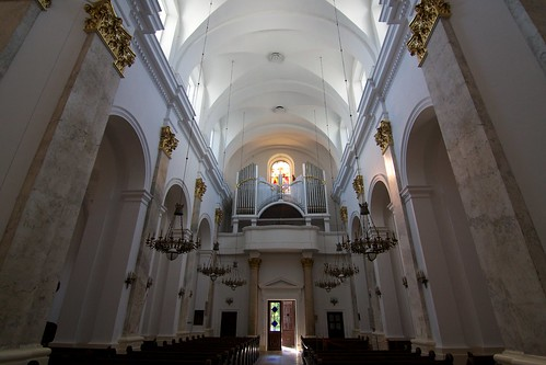 Wnętrze bazyliki Narodzenia NMP w Chełmie w kierunku wejścia