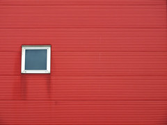 Red window? (Lukinator) Tags: from red window fenster von mini finepix groove grooves fujifilm easy left simple links broad der minimalistic minimalist easily leicht rotes hs20 einfach simpel minimalistisch rillen weiten