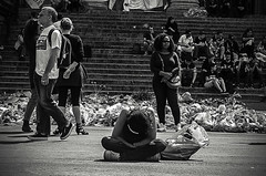 Meditation (Tom Cuppens) Tags: street brussels people de photography noir photographie zwartwit bruxelles bourse et brussel blanc rues beurs peuple straatfotografie